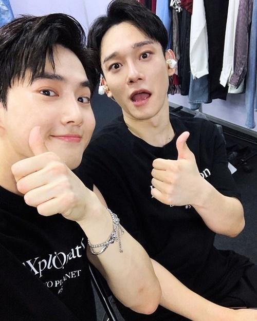 Su Ho (trái) đăng ảnh hậu trường chúc mừng sinh nhật Chen.