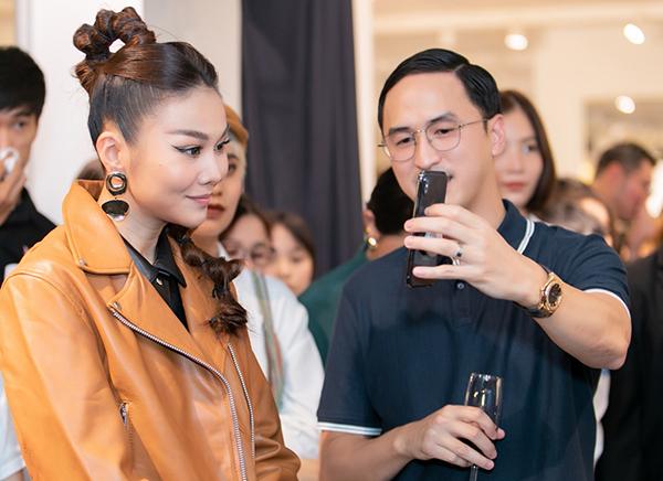 Vì bận việc riêng nên Hà Tăng không thể có mặt cùng chồng, và Louis Nguyễn đã gọi điện cho Hà Tăng để cô có thể thấy được không khí của sự kiện cũng như để Thanh Hằng trò chuyện cũng như gửi lời chào đến vợ của mình.