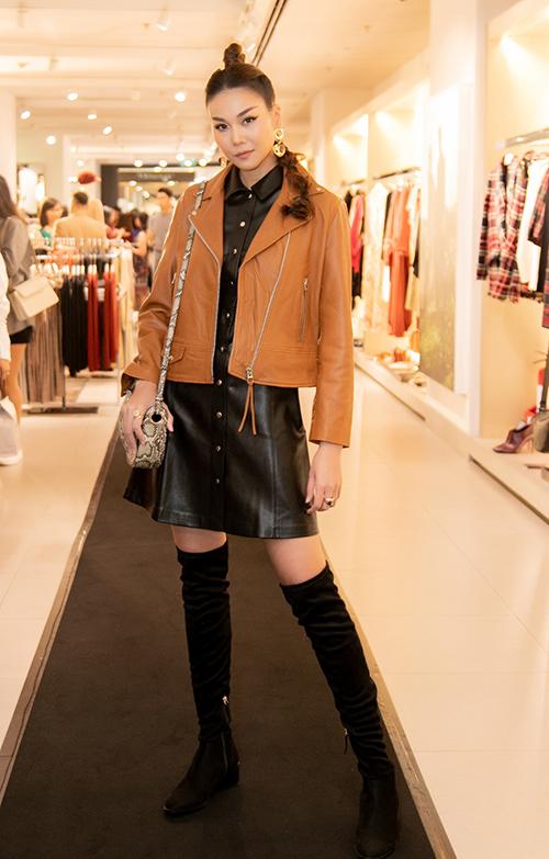 Tham dự sự kiện thời trang của nhà mốt Mango,siêu mẫu Thanh Hằng xuất hiện với vẻ sành điệu, trẻ trung. Chân dàichọn chiếc đầm da cá tính mix cùng áo khoác thời thượng bên ngoài.