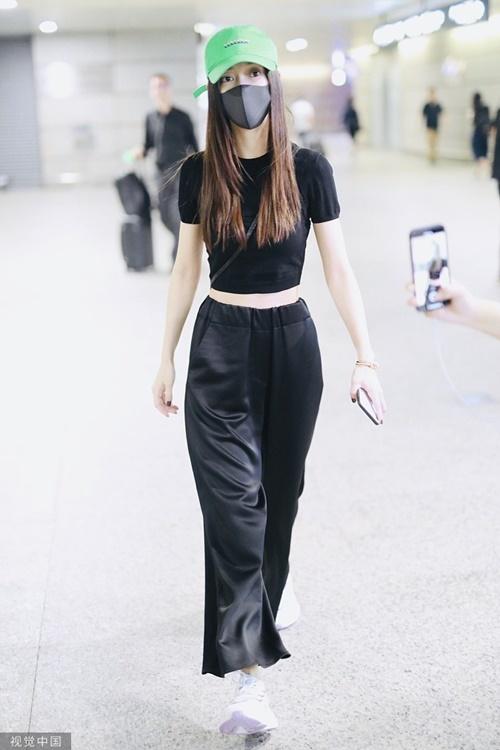 Angelabay nghiện kiểu áo khoe eo. Truyền thông Trung Quốc so sánh vòng 2 của nữ diễn viên chỉ bằng tờ giấy A4.