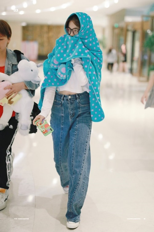 Dương Siêu Việt vẫn trung thành với set đồ gồm áo phông, quần jean như học sinh. Nữ ca sĩ không trang điểm nên quấn một chiếc khăn to khỉ ra sân bay. Dù trang phục không hợp mốt, Dương Siêu Việt vẫn được fan khen dễ thương.