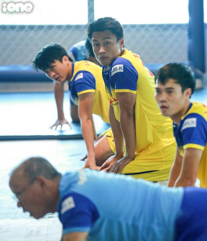 <p> Các tuyển thủ bước vào buổi tập nhẹ tại phòng gym của khách sạn. Tiền đạo Mạc Hồng Quân lần đầu tiên được gọi lên đội tuyển Việt Nam dưới thời HLV Park Hang-seo. Lần lên tuyển Quốc gia gần nhất của anh là vào năm 2017 dưới thời HLV Miura.</p> <p> </p>