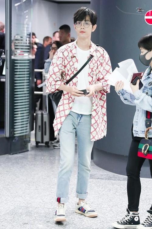 Phong cách sân bay của Tiêu Chiến được netizen đánh giá cao. Nam diễn viên dùng sơ mi kẻ khoác ngoài kết hợp giàu thể thao năng động. Sao Trần tình lệnh đốn tim fan với kính gọng tròn cute.