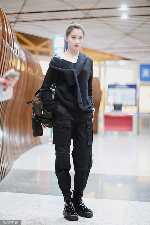 Hình ảnh cực cool ngầu của Quan Hiểu Đồng ở sân bay nhận được nhiều phản hồi tích cực. Nữ diễn viên kết hợp quần hộp hầm hố cùng boots đế cao, áo trễ vai khiến set đồ thêm phần nữ tính, không hề quá nặng nề,