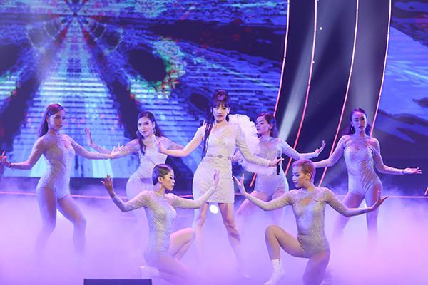 Tối 21/9, mini concert Galaxy of love kỷ niệm 5 năm ca hát của Hari Won diễn ra ở TP HCM. Trước giờ diễn trời đổ mưa lớn nhưng nhiều người thân, đồng nghiệp, bạn bè thân thiết và fan vẫn lấp đầy Nhà hát Quân Đội.