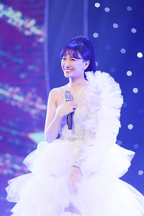 Sân khấu như tái hiện lại hình ảnh Hari Won - từ một cô ca sĩ Hàn Quốc chập chững, bước qua nhiều thăng trầm trong nghề nghiệp để rồi vụt sáng như một ngôi sao như hiện tại. Từng gây không ít tranh cãi với khả năng hát live và phát âm chưa rõ, Hari Won đã cố gắng khắc phục. Thay vì lựa chọn hát trên nền nhạc có sẵn, nữ ca sĩ chủ động hát mộc để khoe thực lực sau thời gian rèn dũa.