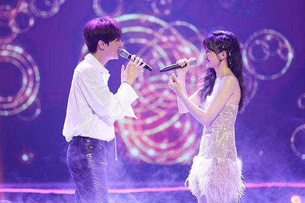 Khách mời Park Jung Min đến Việt Nam dự concert theo lời của Hari Won. Cả hai hòa giọng trong ca khúc Destiny - bài hát trong phim điện ảnh Oppa! Phiền quá nha mà họ diễn xuất chính.