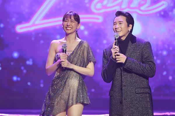 Karik song ca với chủ nhân đêm nhạc ca khúc Người lạ ơi.