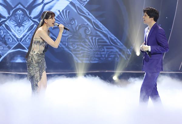 Trịnh Thăng Bình lịch lãm với vest khi kết hợp cùng Hari thể hiện Người ấy.