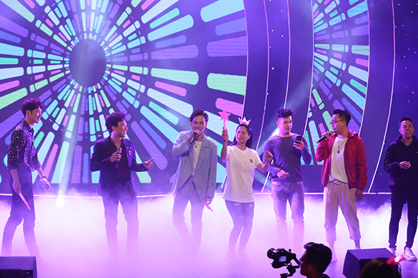 Anh còn phá kịch bản chương trình khi thay vì solo một ca khúc đã tập dượt sẵn lại lôi kéo các nghệ sĩ lên sân khấu hát Sau tất cả để tặng Hari Won.