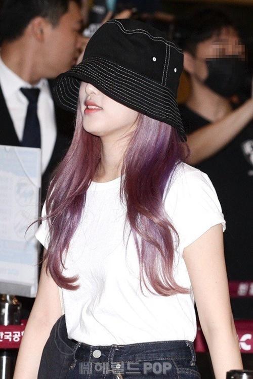 Choi Yena lộ mái tóc tím cực chất.