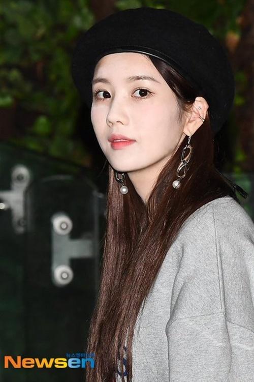 Ngày 22/9, IZONE lên đường sang Nhật. Kang Hye Won mắc lỗi trang điểm lấm lem, dùng quá nhiều phấn sáng khi ra sân bay.
