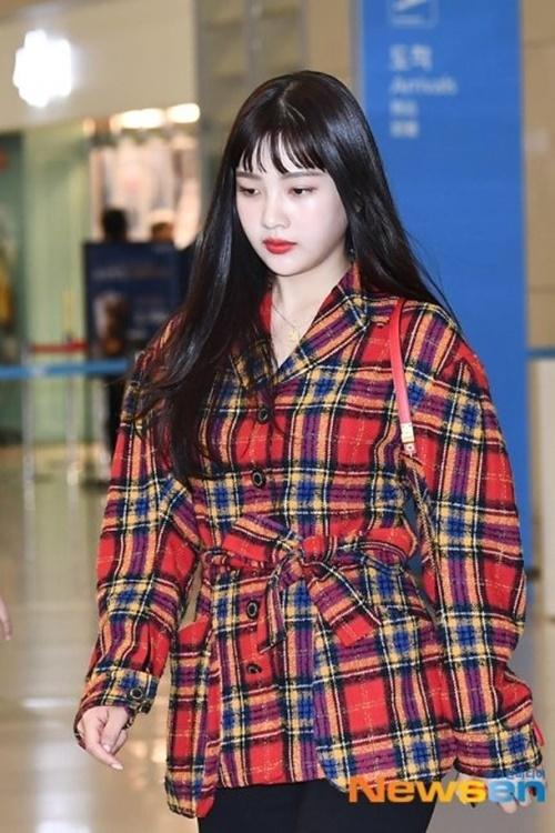 Red Velvet trở về từ Paris nhưng Irene có lịch trình riêng. Joy mới cắt tóc mái trên chân mày.