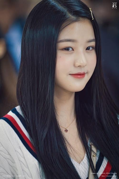 Cô nàng làm điệu với kẹp tăm. Nhiều fan suy đoán Won Young đã cắt tóc mái.
