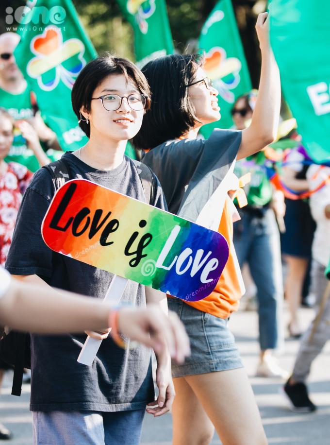"""<p> """"Love is love"""", """"happy pride""""...là những khẩu hiệu được các bạn LGBT hô to.</p>"""