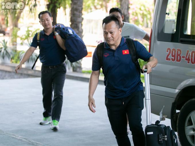 <p> Các trợ lý của HLV Park Hang-seo cũng nhanh chóng vào trong để làm thủ tục nhận phòng sau khi xuống xe.</p>