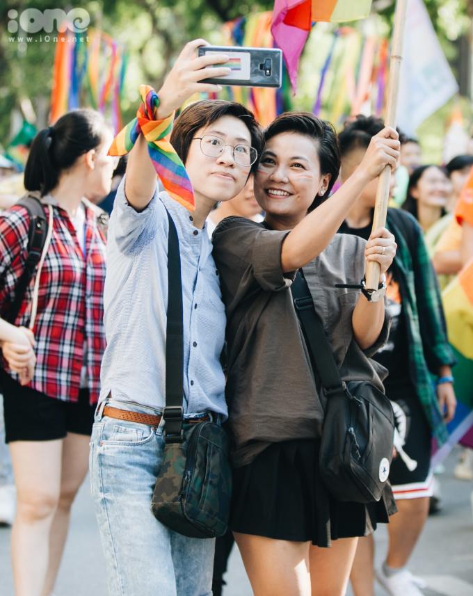 """<p> Lấy cảm hứng từ bộ phim """"Sense8"""" về sự đoàn kết và tự hào, Hanoi Pride 2019 - với chủ đề """"Tôi trong chúng ta"""" - mong muốn những người tham gia diễu hành hiểu rằng: Chúng ta không chỉ diễu hành cho bản thân mình; chúng ta còn đang diễu hành cho những người đã đứng lên trong quá khứ, cho những người không thể ra đường tham gia ngày hôm nay, và cho cả những thế hệ tương lai để họ không phải chịu đựng những sự kỳ thị, bất công như thế hệ chúng ta đang phải trải qua.</p>"""
