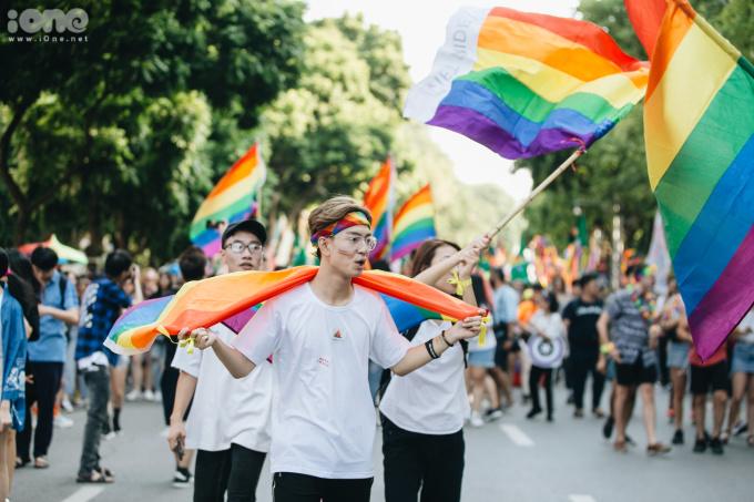 <p> Khoảng 15h30 cùng ngày, mọi người cùng nhau mang lá cờ lục sắc đi diễu hành dọc phố đi bộ.</p>