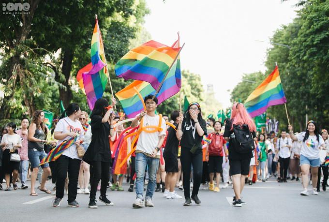 <p> Hàng trăm bạn trẻ tham gia đi bộ trên phố đi bộ Hà Nội vào ngày hội của cộng đồng LGBT (đồng tính nữ, đồng tính nam, song tính và chuyển giới) chiều 22/9 trong sự kiện mang tên Hanoi pride 2019.</p>