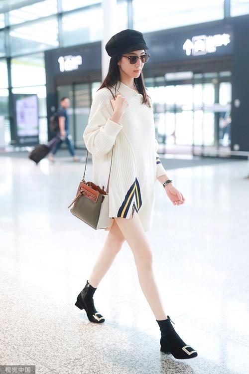 Trương Quân Ninh hút mọi ánh nhìn khi diện mốt giấu quần, khoe đôi chân thon dài ở sân bay.
