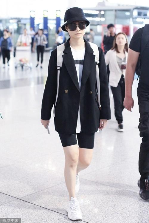 Lý Vũ Xuân mặc biker shorts nhưng không hề phản cảm nhờ cách phối đồ tinh tế.