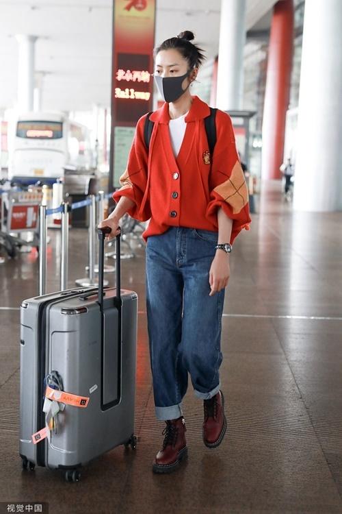 Siêu mẫu Lưu Văn có gu thời trang tinh tế. Áo cardigan oversizen màu cam đất hứa hẹn trở thành item hot trong mùa thu,