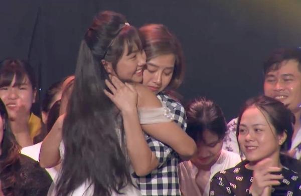 Khánh An xúc động bên mẹ sau khi trình diễn xong.