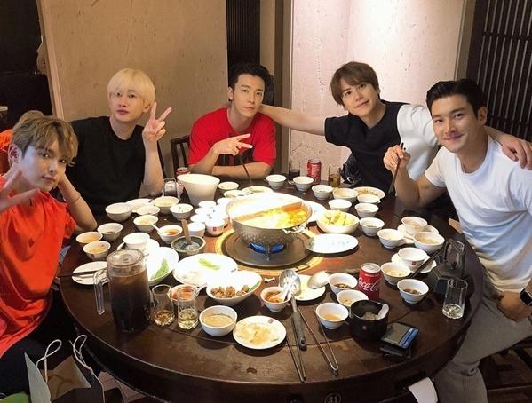Super Junior đi ăn lẩu sau buổi diễn thành công ở Đài Loan.