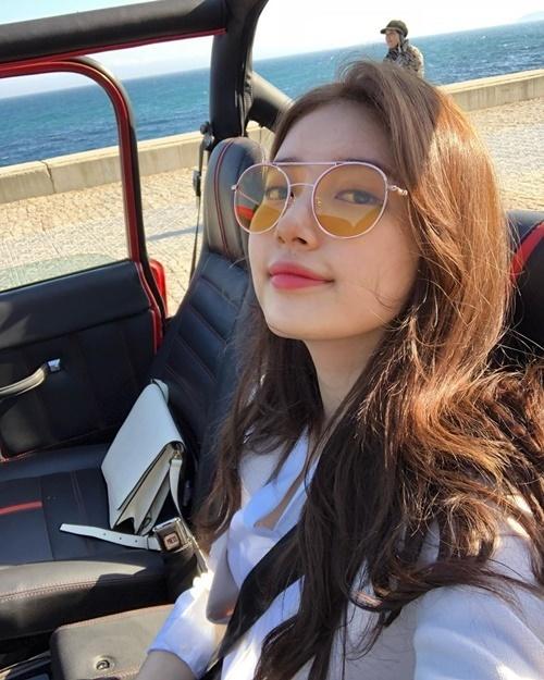 Suzy tung hình hậu trường Vagabond nhân ngày phim lên sóng tập đầu tiên.
