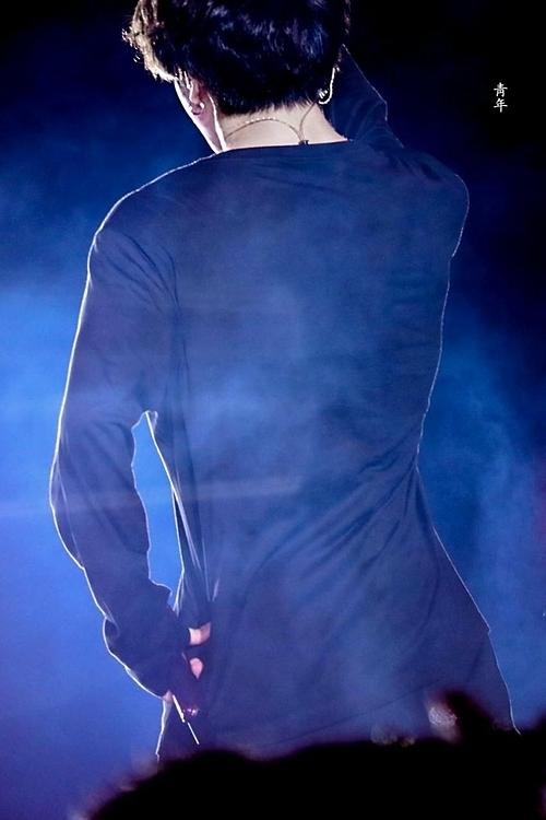 Vòng eo con kiến của Jung Kook (BTS) khiến fan trầm trồ - 3