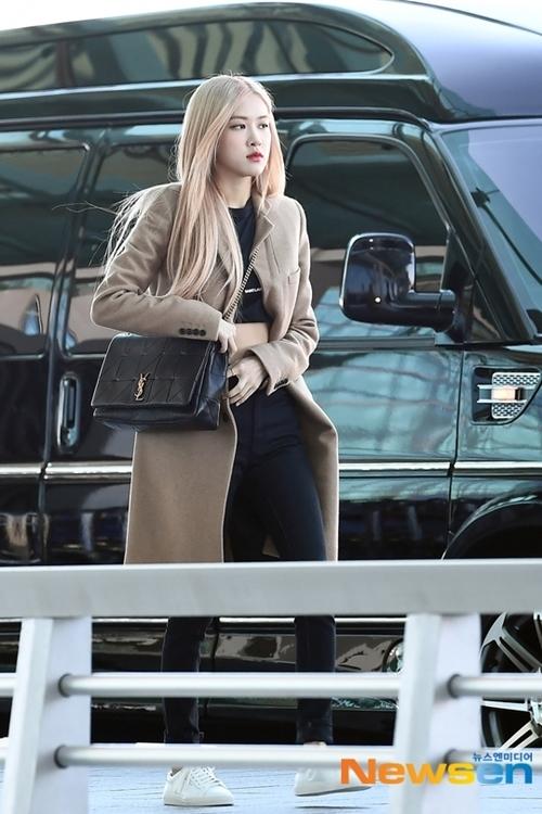 Rosé thu hút sự chú ý khi vừa bước xuống ôtô. Đây là lịch trình cá nhân tại nước ngoài đầu tiên của nữ idol trong 2019.