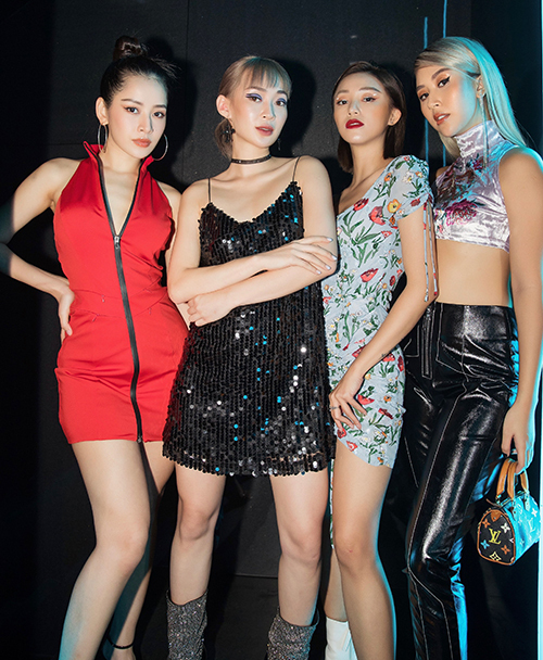 Chi Pu - Sun Ht - Sa Lim và Quỳnh Anh Shyn là bộ tứ có cùng xuất phát điểm là hot girl đình đám Hà thành. Sau nhiều năm, bốn người vẫn giữ được tình bạn thân thiết. Họ không chỉ tìm thấy nhiều điểm chung trong tính cách mà còn đều có đam mê lớn với thời trang.