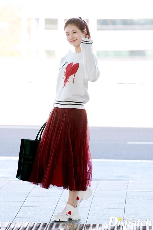 Suzy cũng lên đường dự Paris Fashion Week. Nữ ca sĩ kiêm diễn viên ghi điểm bởi thái độ thân thiệnđáng yêu.