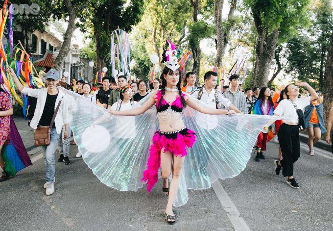 Cộng đồng LGBT 'diễu hành cầu vồng' trên phố đi bộ Hà Nội