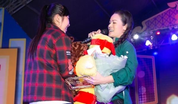 Đã nhiều năm đi diễn, đứng trên hàng trăm sân khấu lớn nhỏ nhưng hiếm có sân khấu nào lại mang cho chị nhiều cảm xúc đến vậy, Nhật Kim Anh chia sẻ.
