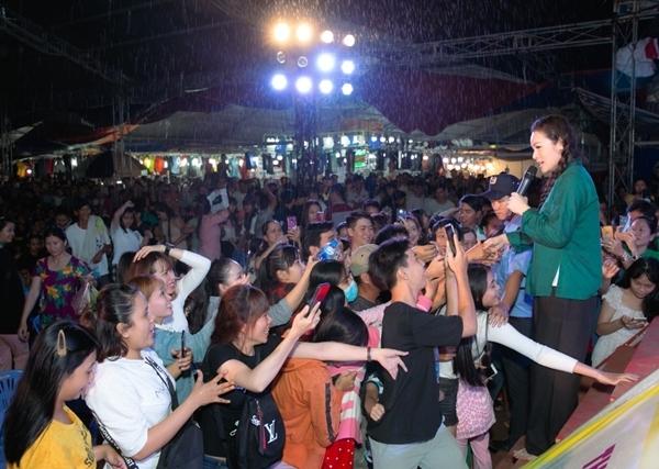 Khi chương trình kết thúc cũng đã khá muộn nhưng nhiều người vẫn cố nán lại dù trời càng mưa nặng hạt.