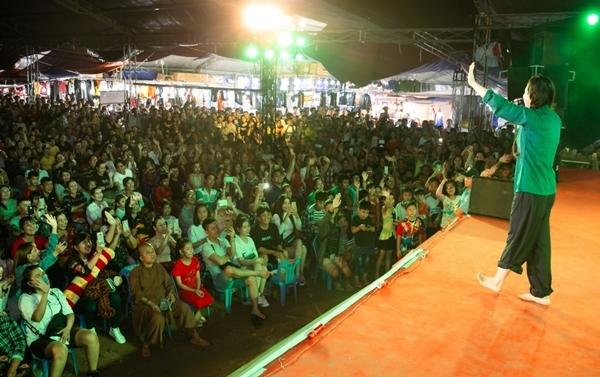 Dù thời tiết có mưa lớn nhưng hàng nghìn khán giả vẫn có mặt để được giao lưu cùng nữ diễn viên. Nhật Kim Anh choáng ngợp khi sân khấu được lấp kín bởi bà con, các bạn trẻ.