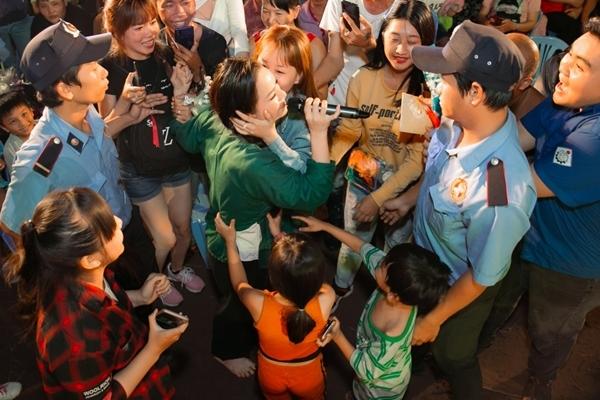 Lực lượng an ninh phải rất cố gắng để theo sát hộ tống cô khi có quá nhiều người tràn lên để tiếp cận, chụp hình chung.