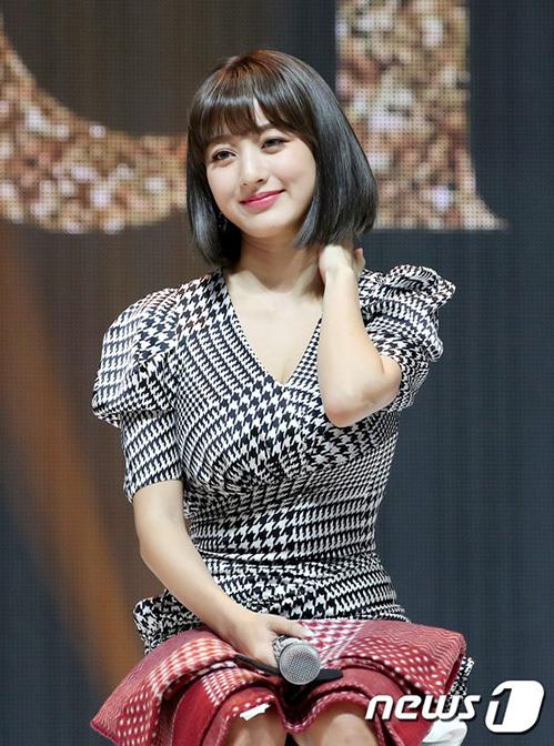 Chiều 23/9, Twice tổ chức buổi họp báo giới thiệu minialbum mới FeelSpecial. Ji Hyo phải ngồi ghế vì bị thương ở cổ. Trong suốt sự kiện, cô nàng khá trầm tư, thỉnh thoảng cười gượng trước ống kính.