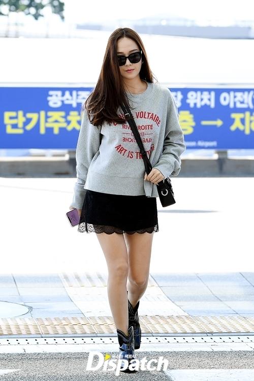 Cựu thành viên SNSD Jessica là gương mặt quen thuộc tại các sự kiện thời trang quốc tế. Lần ra sân bay này, cô tỏ ra lép vế về diện mạoso với Rosé và Suzy.