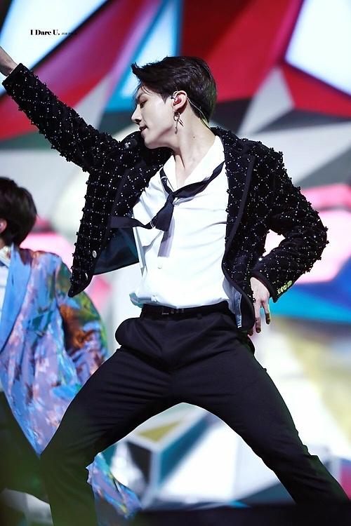 Vòng eo con kiến của Jung Kook (BTS) khiến fan trầm trồ - 1