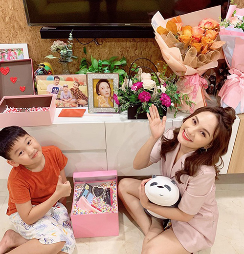 Bảo Thanh háo hức cùng con trai bóc những món quà fan tặng.