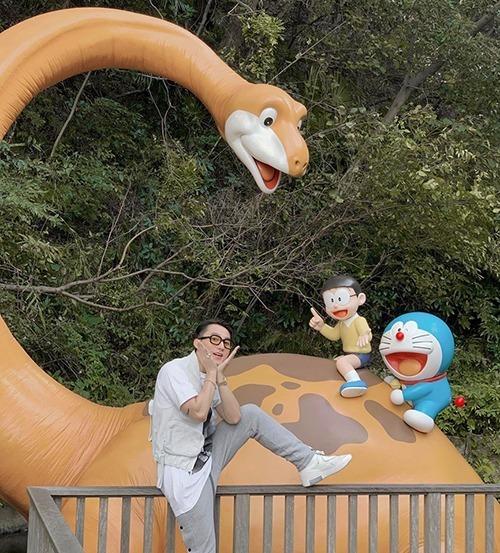 Sơn Tùng nhí nhố chụp hình ở bảo tàng Doraemon Nhật Bản.