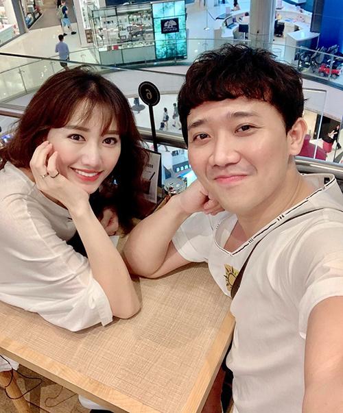 Hai vợ chồng Hari Won - Trấn Thành rủ nhau du lịch Bangkok.