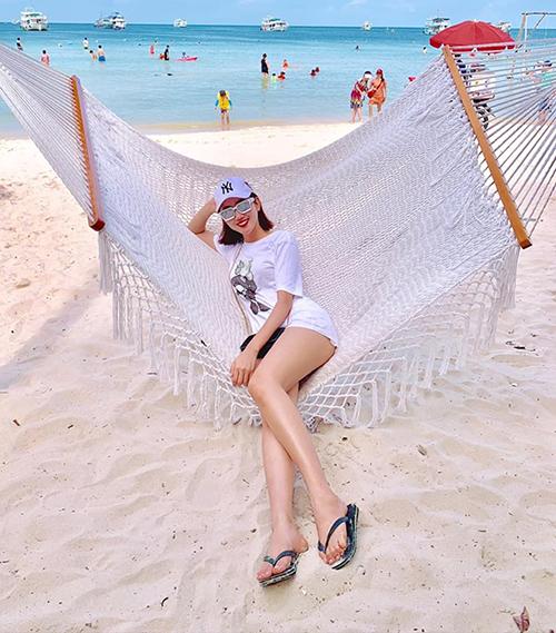 Thúy Ngân khoe chân thon dài trên biển Phú Quốc.