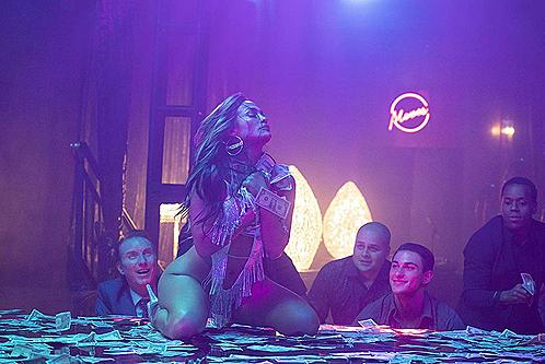 Nữ ca sĩ 50 tuổi, Jennifer Lopez, mặc đồ nóng bỏng và múa cột trong phim.