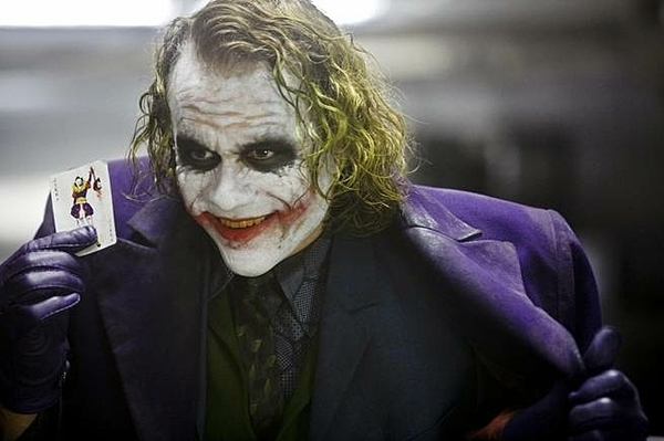 Heath Ledger tạo ra Joker huyền thoại với diễn xuất ấn tượng của mình.