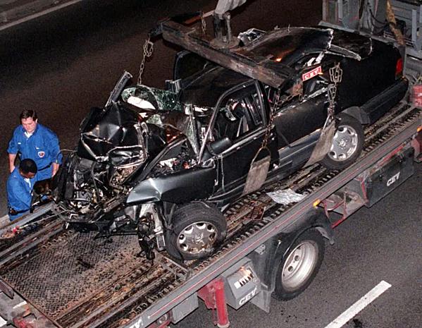 Chiếc xe Mercedes bẹp rúm sau tai nạn. Ảnh:Getty.