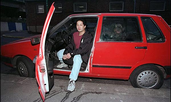 Lê Văn Thanh,năm đó chỉ mới 22 tuổi, bên chiếc xe Fiat Uno được sơn lại màu đỏ chỉ vài giờ sau vụ tai nạn của Diana.