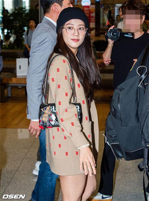 Ji Soo gần đây ra sân bay với áo cardigan dài đến ngang đùi, che phủ hoàn toàn trang phục phía trong. Bộ đồ khiến nữ idol trông như không mặc quần ở góc chụp từ phía sau.